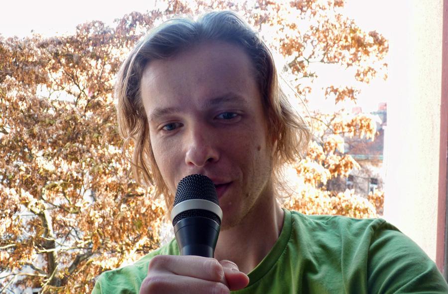 okno s mikrofonem